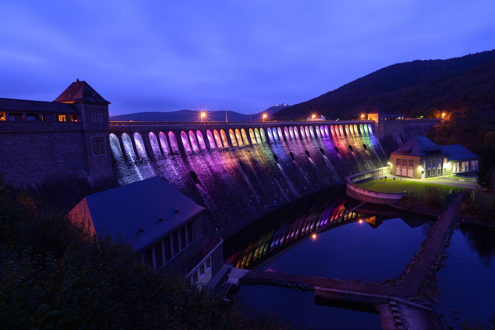 Staumauer mit Regenbogenfarben 2014
