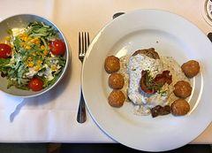 Steak mit Sourcream uns Portionssalat