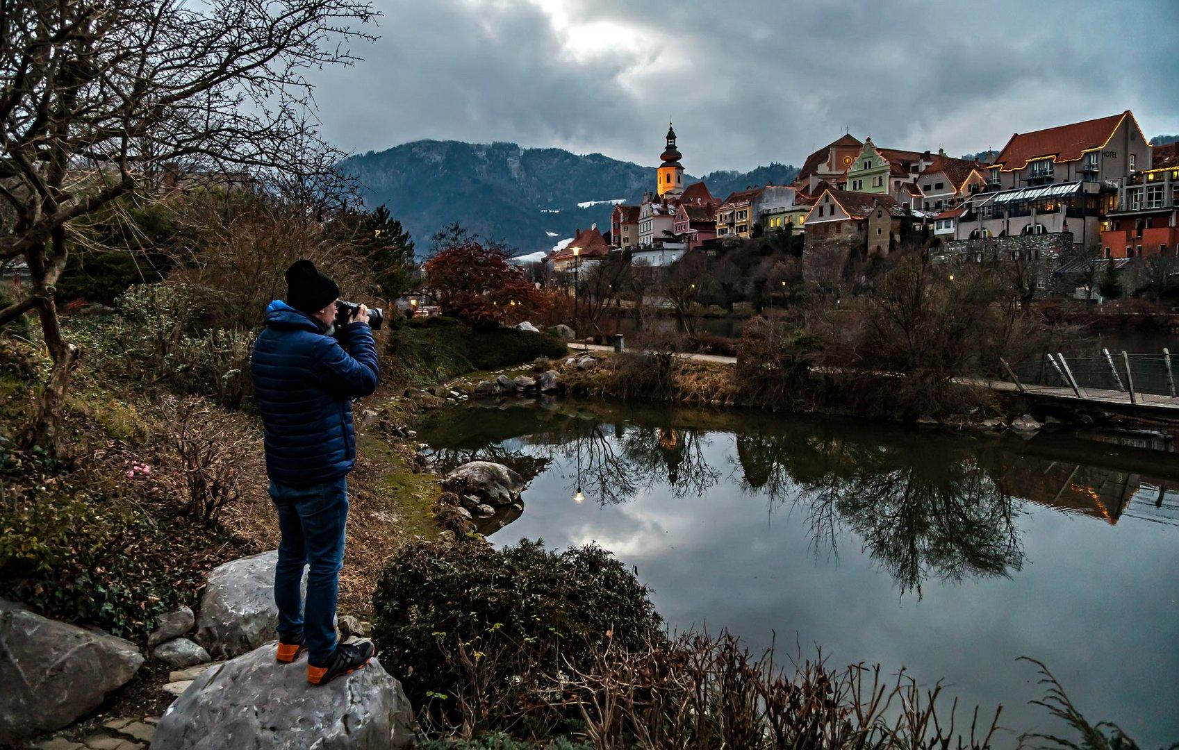 Stefan Kuba beim Fotografieren der abendlichen Stadtansicht von Frohnleiten!