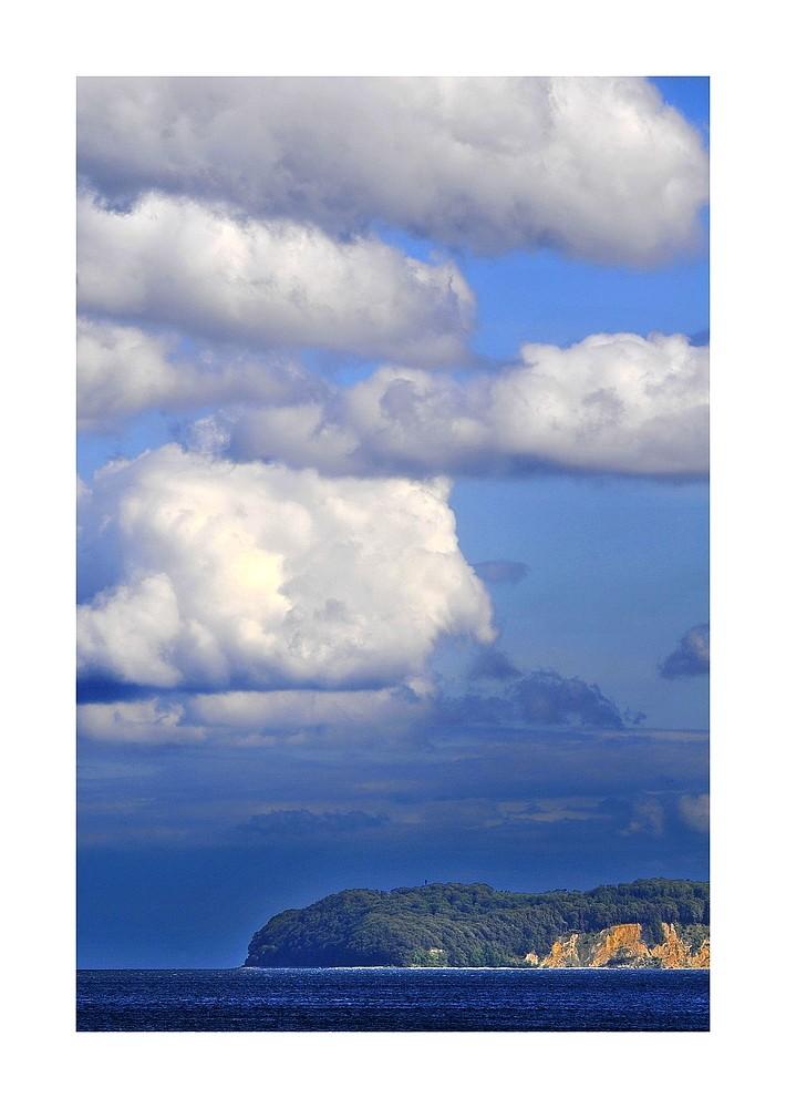 Steilküste und Wolken
