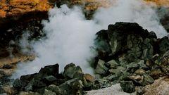 Steine (heiße Quellen im Fuji-Hakone-Izu Nationalpark in Japan)  MW 1997.02.19.