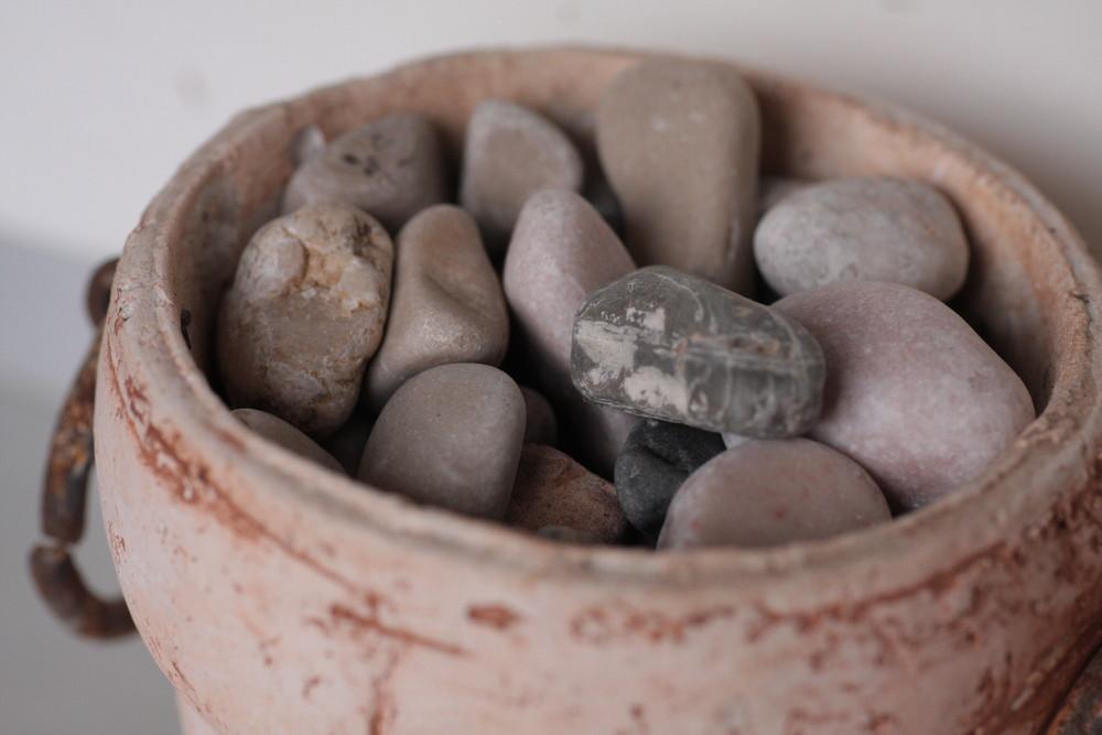 Steine in einer Vase