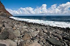Steine, Meer, Wolken