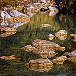 Steine und Felsen gespiegelt
