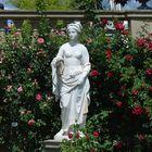 Steinfigur: Frau im Garten