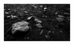 steinig - schwarz in schwarz