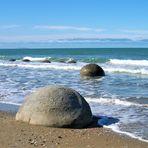Steinkugeln am Strand