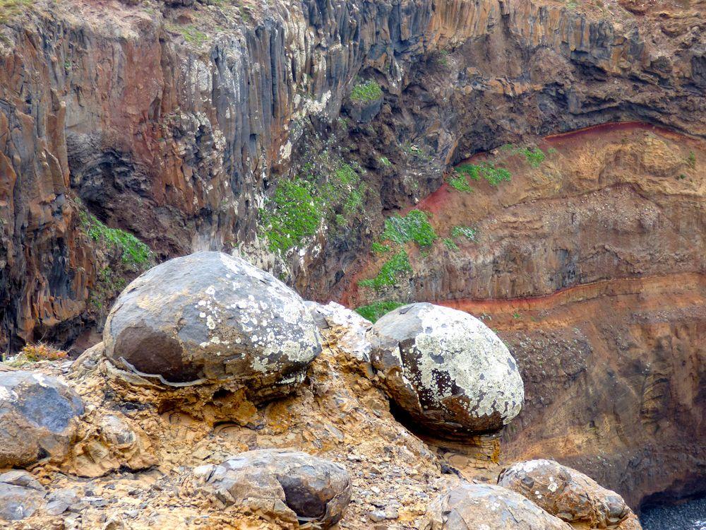 Steinkugeln und Vulkangestein