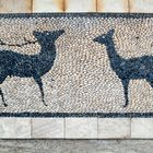 Steinmosaik mit den Symbolen von Rhodos Hirschbock und Hirschkuh