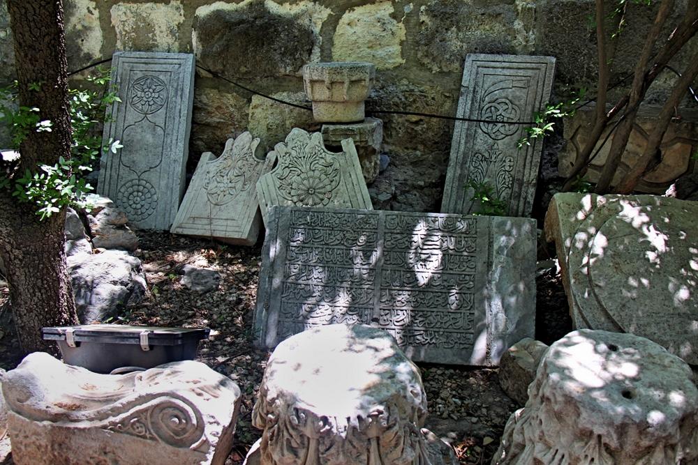 Steinplatten im Burghof