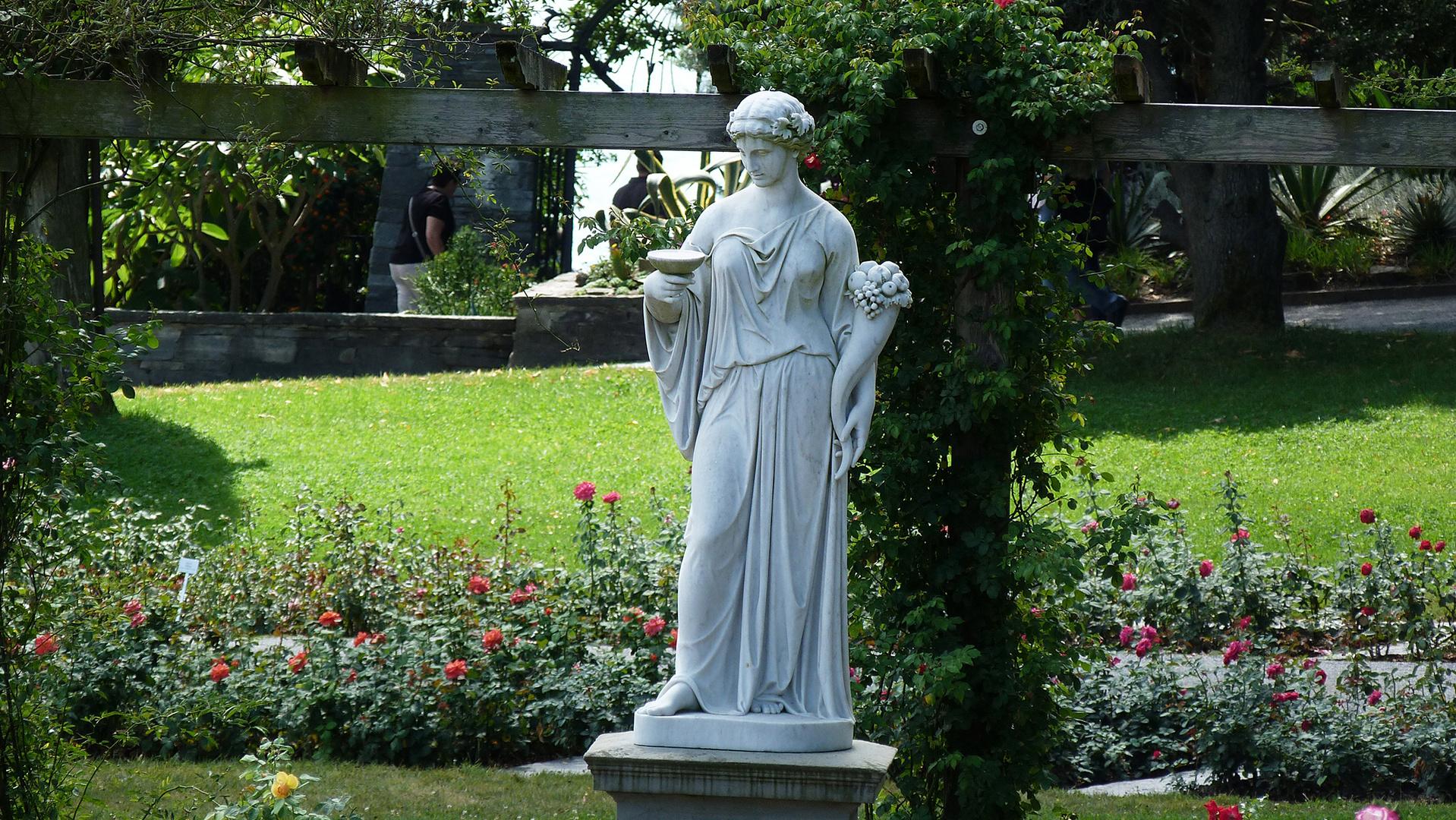 Steinskulptur: Frau