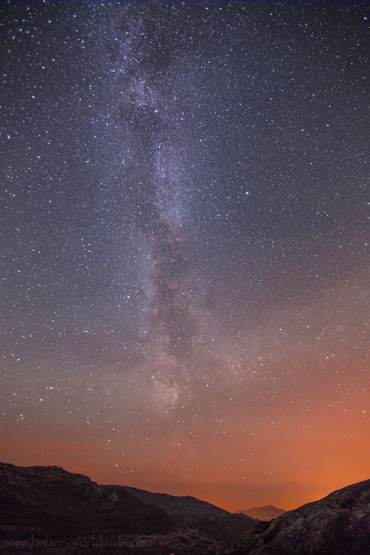 Sternenhimmel zwischen Bergen
