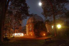 Sternwarte im Mondlicht