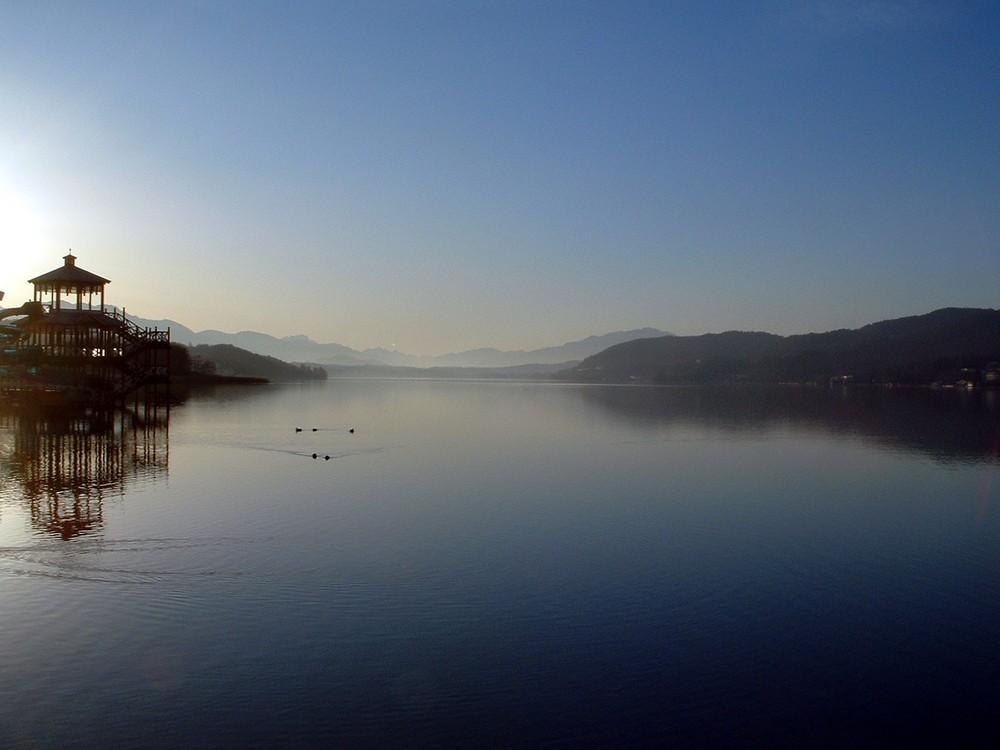 Still liegt der See