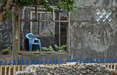 Stilleben mit blauem Plastikstuhl