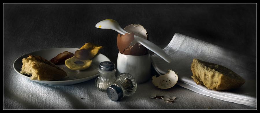Stilleben mit Ei und Brot