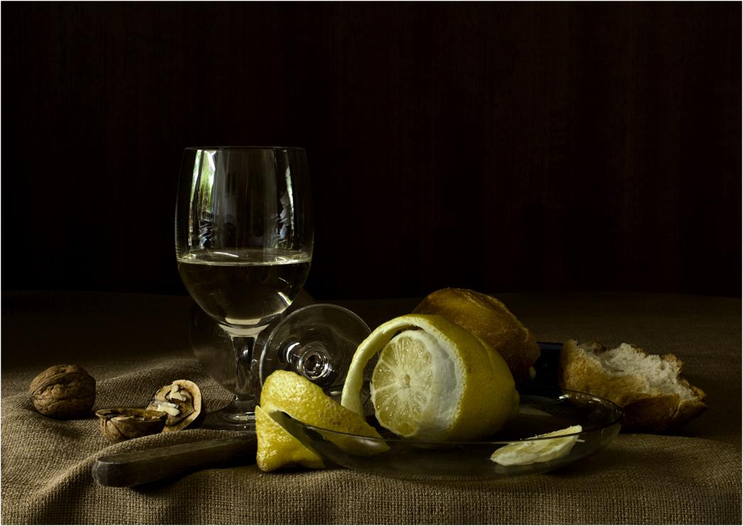 Stilleben mit Weinglas und Zitrone