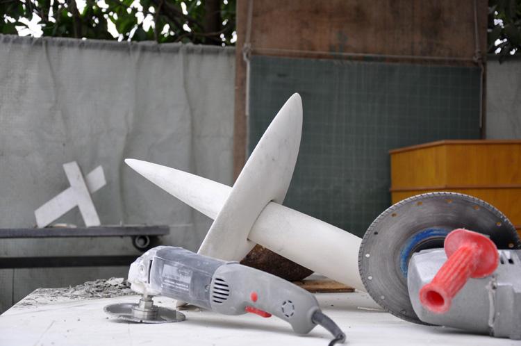 Stilleben mit Werkzeug und Marmor-Skulptur