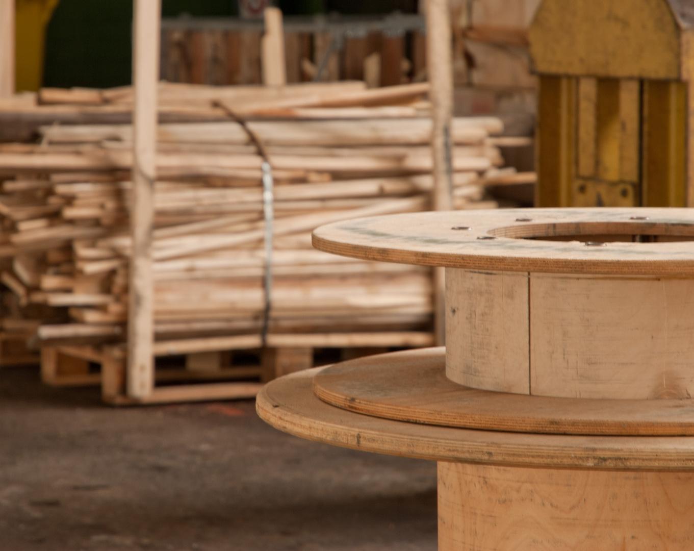 Stillgelegte Fabrik II - Frisches Holz