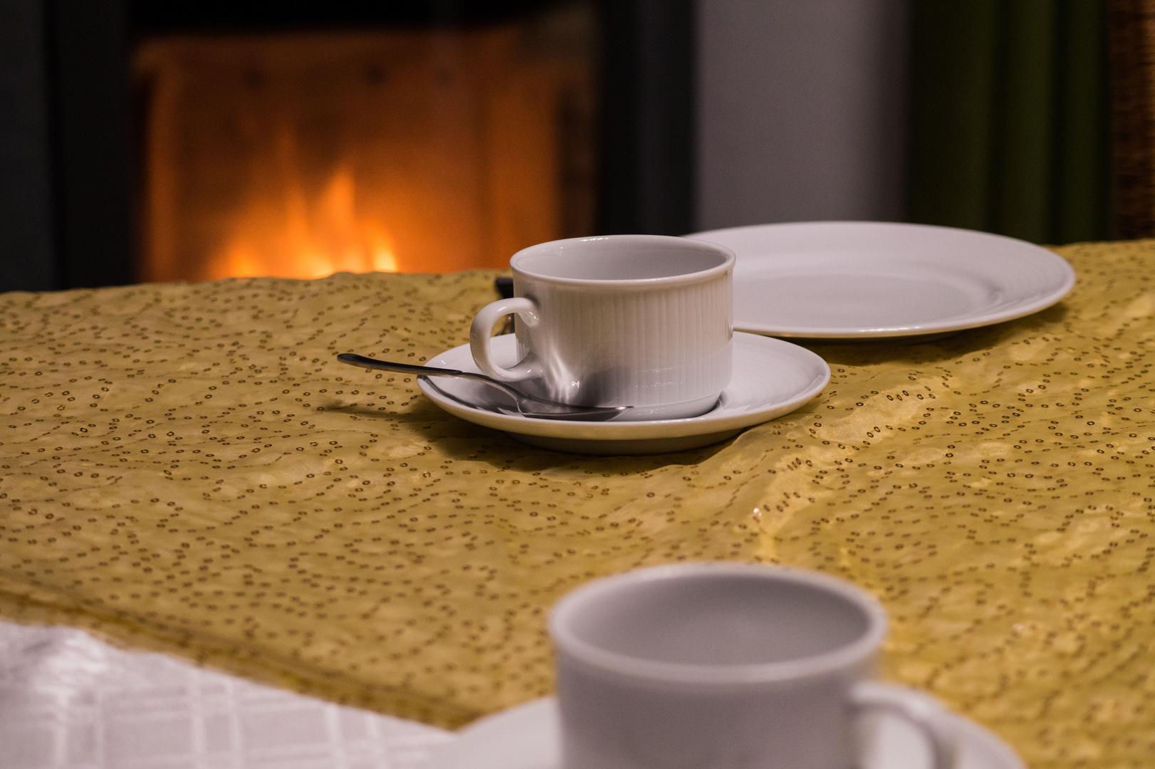 Stillleben Kaffeegedeck vorm Kamin