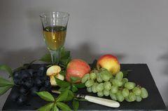 Stillleben mit Apfel und Wein