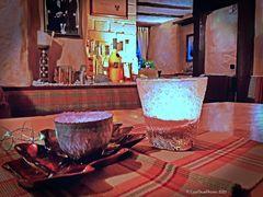 Stillleben Tasse und Glas in der Wein- und Vesperstube Alte Brennküch Kappelrodeck