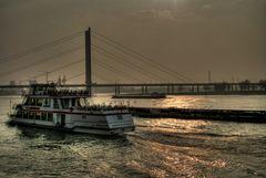 Stimmungsvolle Rheinfahrt Düsseldorf