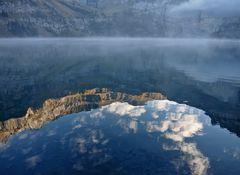 Stimmungsvolle Spiegelung im Oeschinensee. - Le lac de montagne en fête.