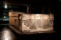Stimmungsvoller Sarkophag im Museum.