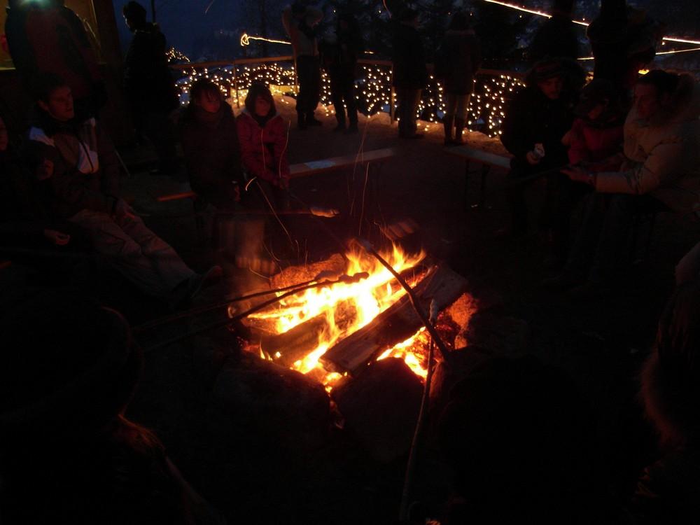 . . . Stockbrot machen, beim Triberger Weihnachtszauber 2008 . . .