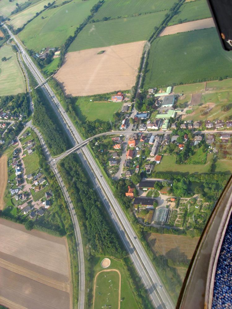 Stolpe an der A21 vom Heli aus gesehen