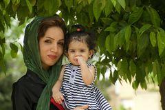 stolze Mutter mit Tochter beim Grabmal von Hafiz