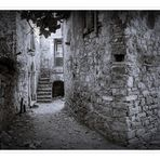 Stradina stretta tra i muri di pietra