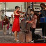 """""""Stradivari""""?Unbezahlbar!Aber der Contrabass ist wertvoller,--die Schrottpreise sind gestiegen!"""