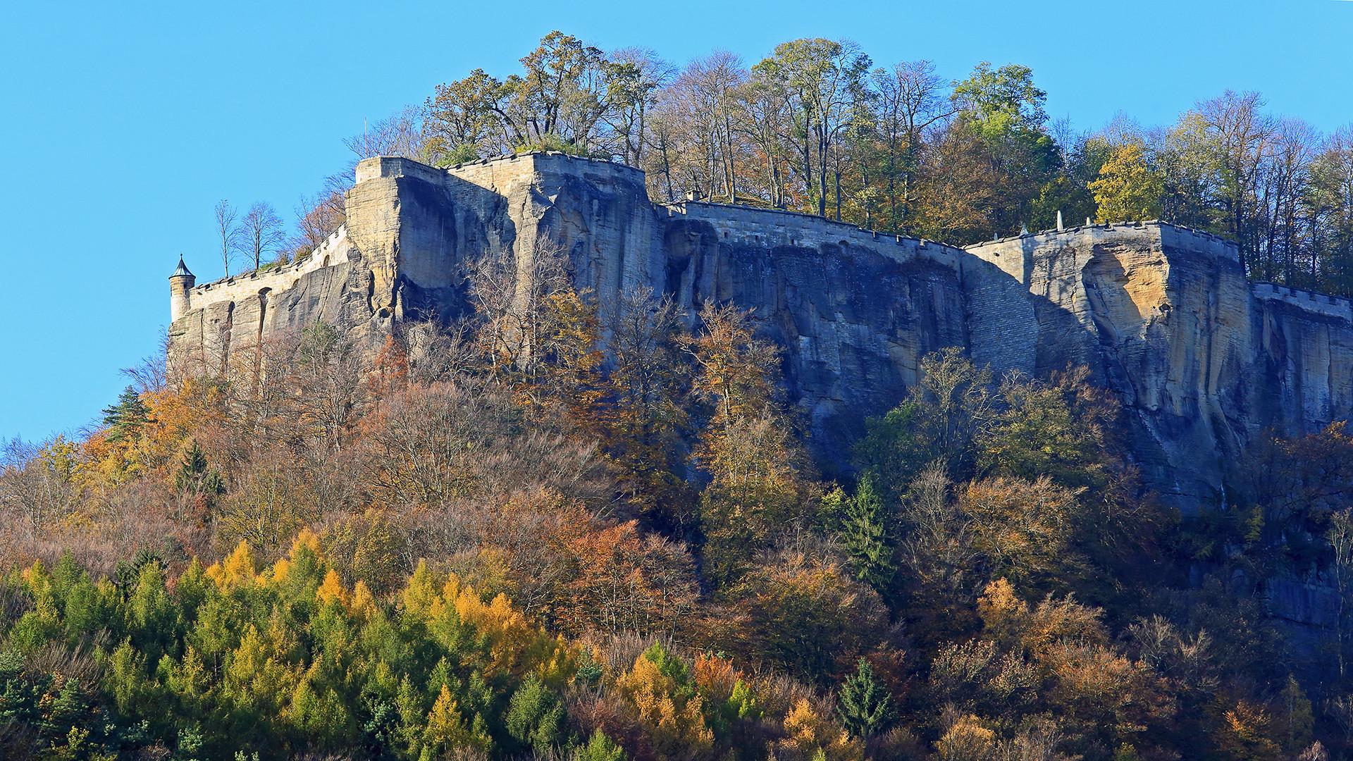 Strahlend blauer Himmel, goldener Herbst und freie Parkplätze in Königstein...