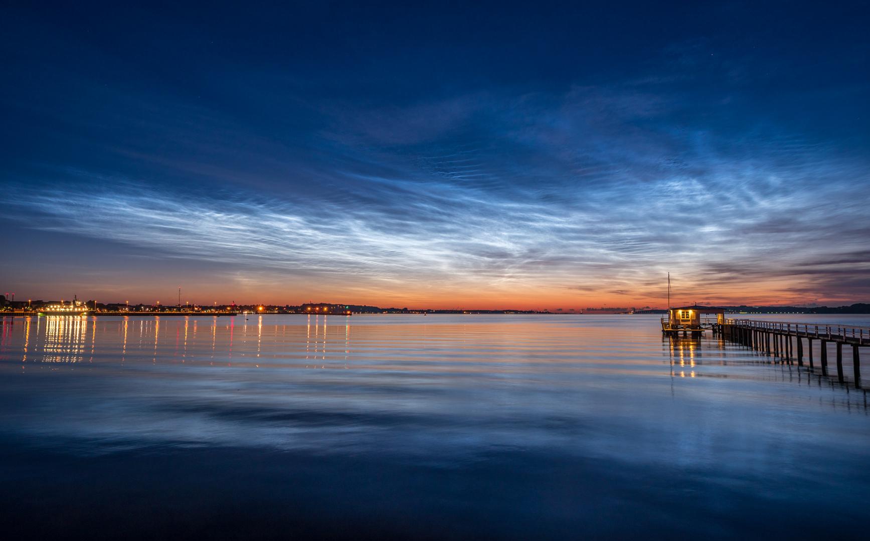 Strahlende leuchtende Nachtwolken über der Kieler Förde