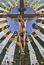 Strahlenkranzkreuz hinter dem Altar der Hundertwasserkirche in Bärnbach! (4)