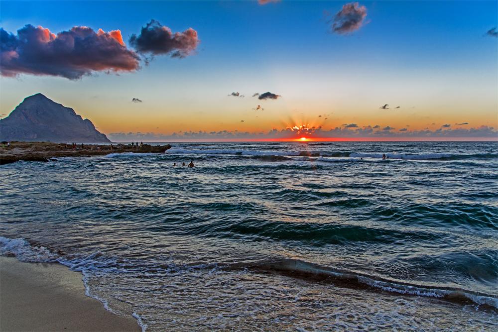 Strand am Macari mit Monte Cufano