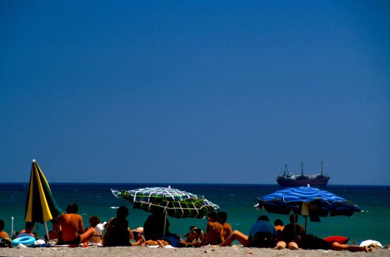 Strand mit Tanker