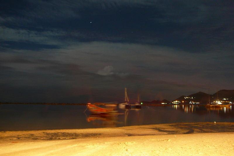 Strand von Chaweng bei Nacht