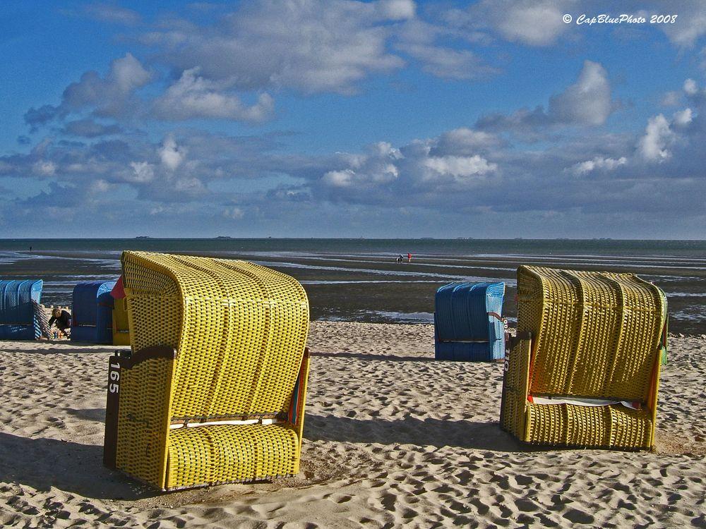 Strandkörbe vor dem Wattenmeer