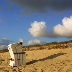 Strandkorb beobachtet Wolke