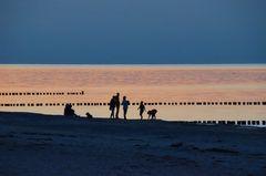 Strandleben-nach-Sonnenuntergang