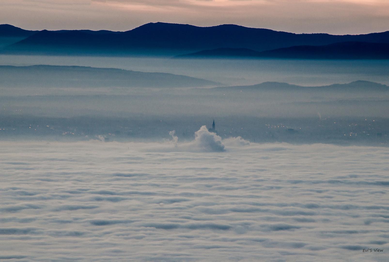 Straßburger Wahrzeichen im Nebelmeer