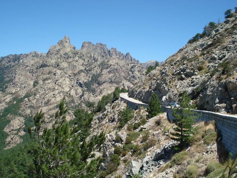 Straße an Steilem Hang