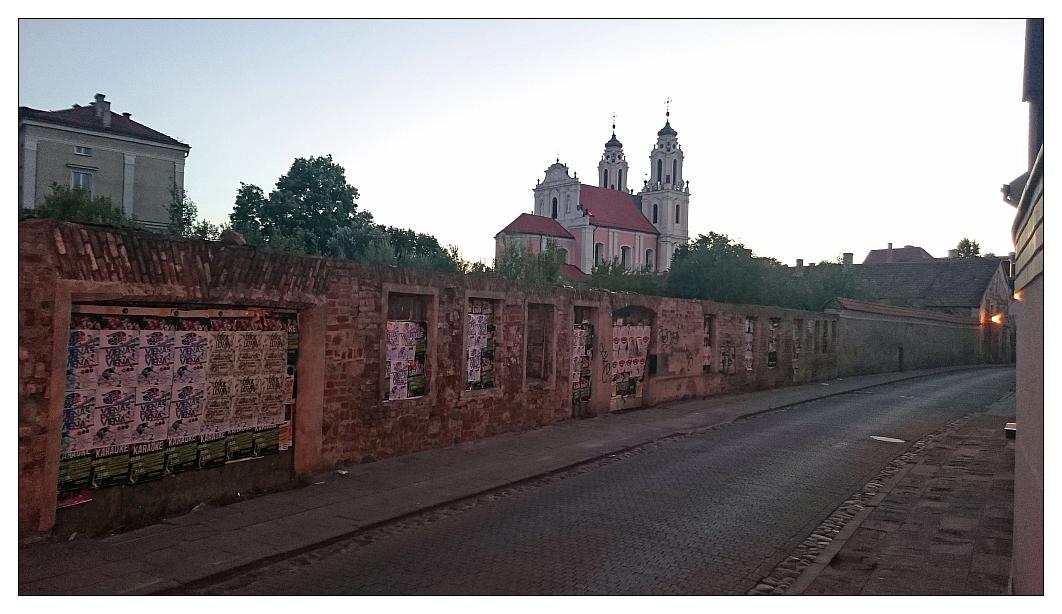 Straße und Rückansicht der Kirche St. Katharina
