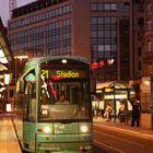 Strassenbahnhaltestelle vor Frankfurter Hauptbahnhof in der Abenddämmerung