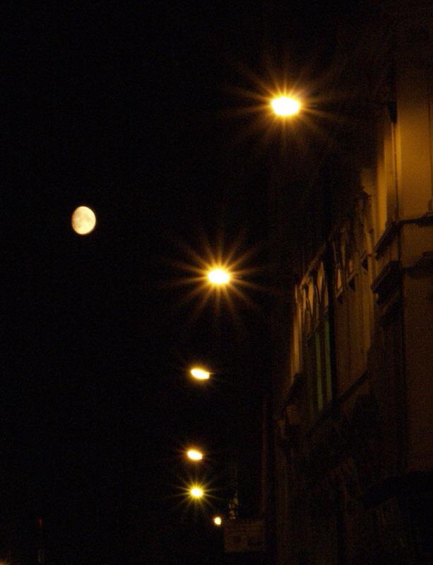 Strassenlicht und Mond