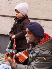 Strassenmusikant mit Fangemeinde