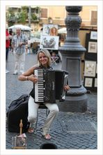 Straßenmusikerin in Rom